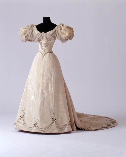 Hochzeitskleid der Prinzessin Alexandra von Sachsen-Coburg und Gotha, um 1896 [Quelle: Landesmuseum Württemberg]